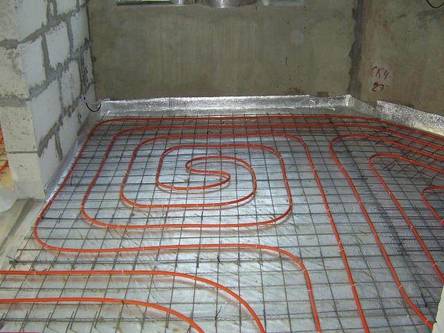 Смонтированный трубопровод водного теплого пола