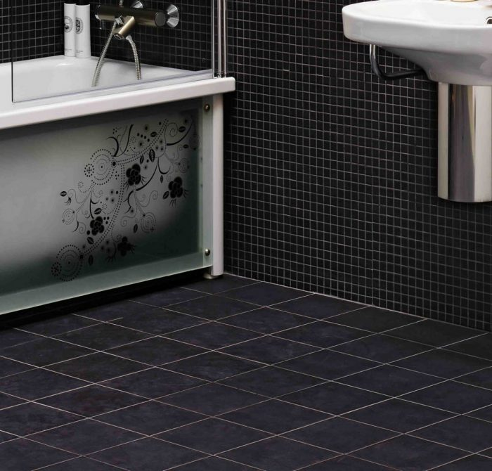 пол в ванной черного цвета