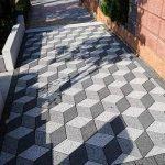 иллюзия на тротуарной плитке