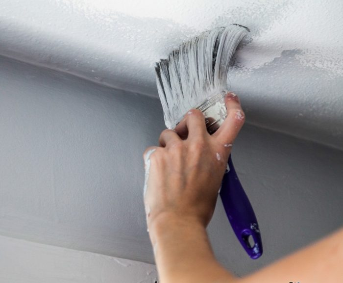 красить потолок в ванной