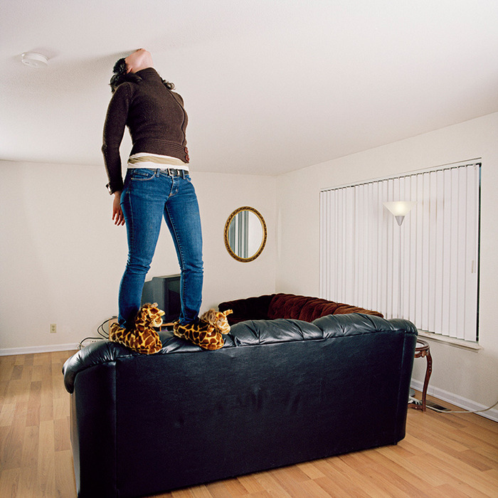 как долго пахнет натяжной потолок