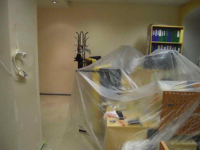 накрыть мебель пленкой перед покраской потолка