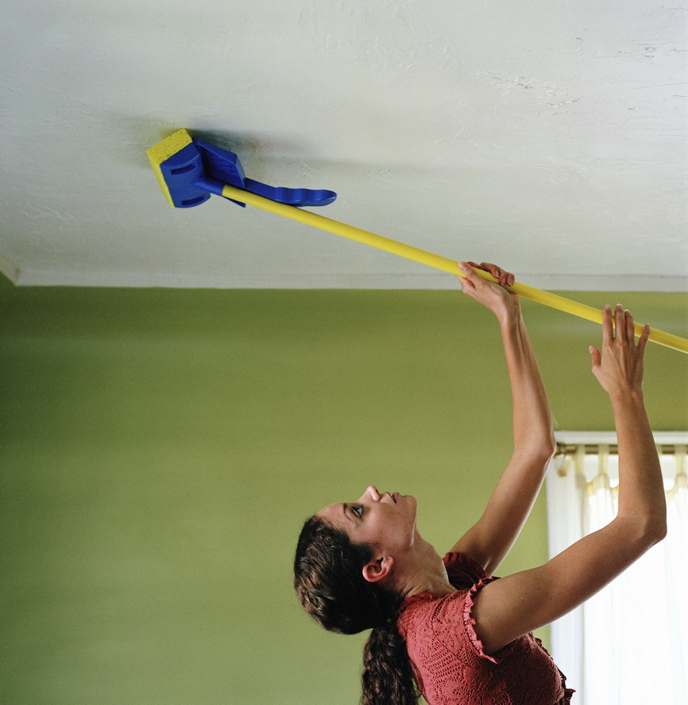 как мыть подвесной потолок