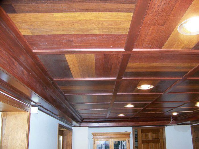 ламинат на потолке в интерьере