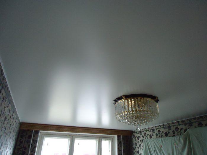 преимущества и недостатки потолка