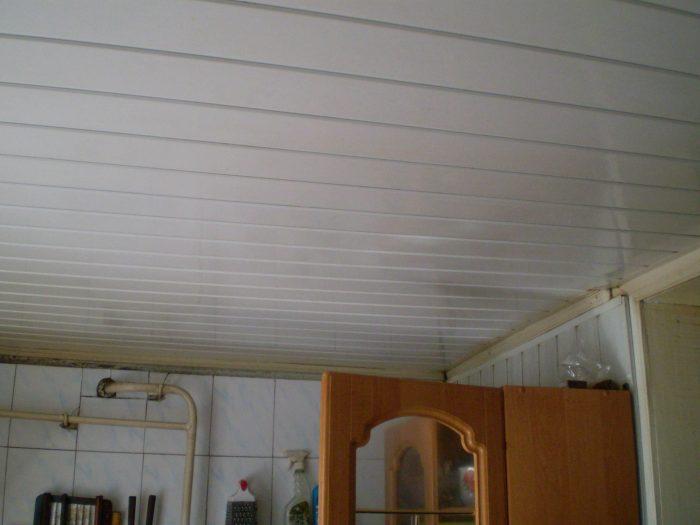 преимущества и недостатки пластиковых потолков