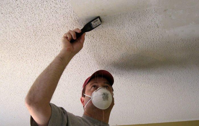сдираем пенопластовые изделия с потолка