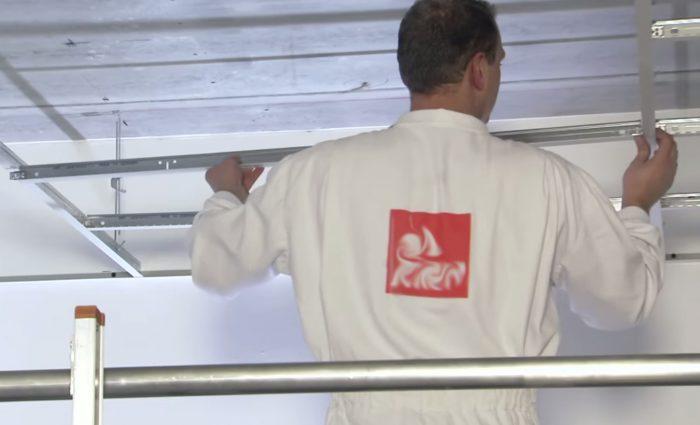 ремонт прогибов на потолке