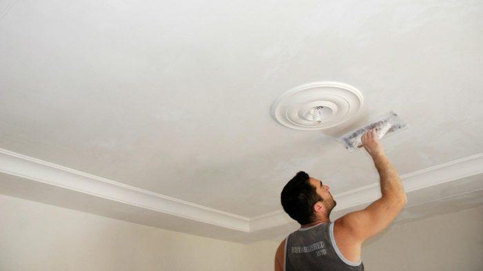 покраска потолочной поверхности
