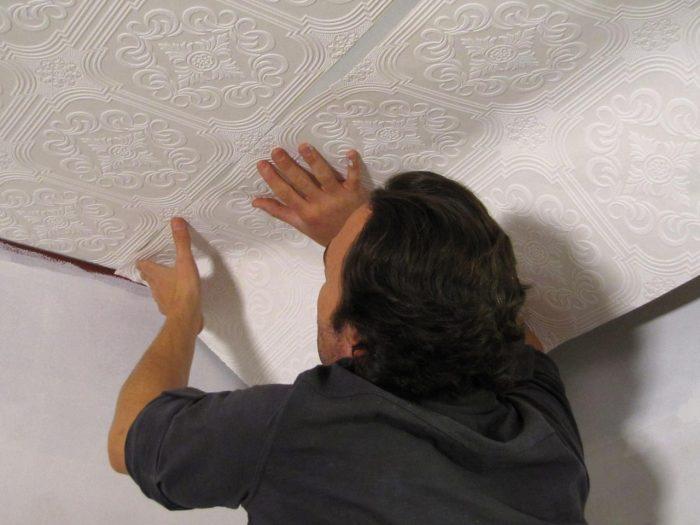 отделка потолка обоями