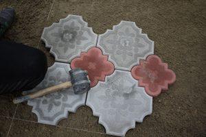Укладка тротуарной плитки при помощи резиновой киянки
