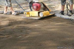Утрамбовка цементно-песчаной смеси