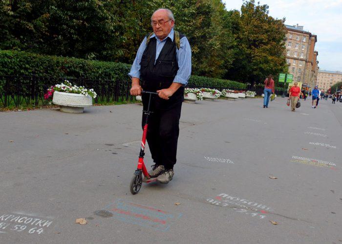 пенсионер на самокате