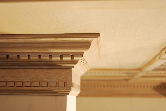 плинтус потолочный деревянный