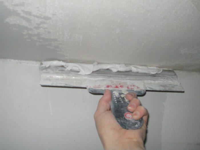 нанесение шпаклевки на бетонный потолок