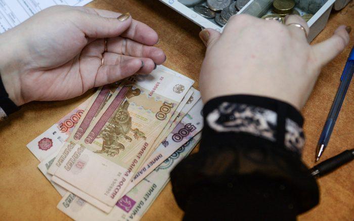 Правительство решило сократить зарплаты россиян