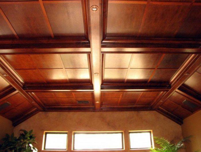 деревянный потолок из панелей