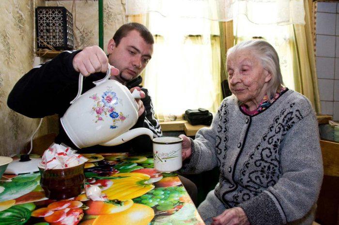 Какие льготы полагаются тем, кто ухаживает за пожилым человеком