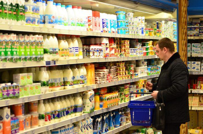 Почему старые продукты в магазинах ставят впереди на полке?