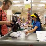 Когда покупатель не должен платить за пакет в магазине