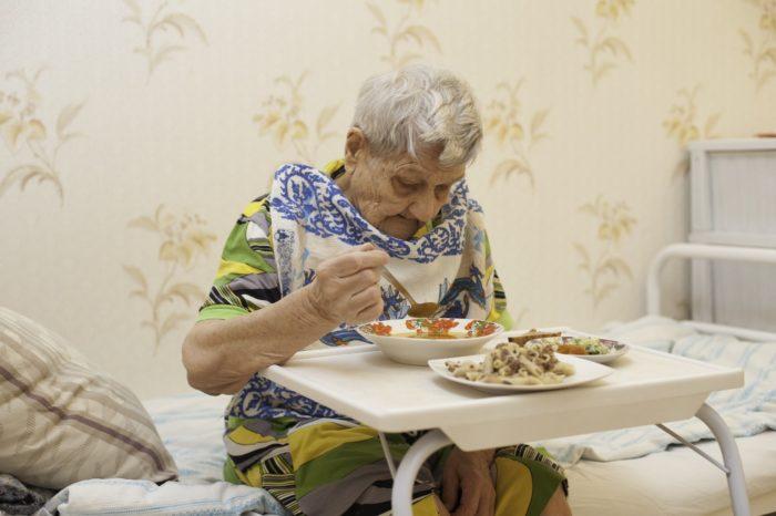 Уход за стариком в России – кто может оформить в ПФР