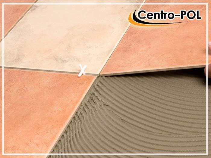 Пример нанесения тонкослойного цементного клея под плитку
