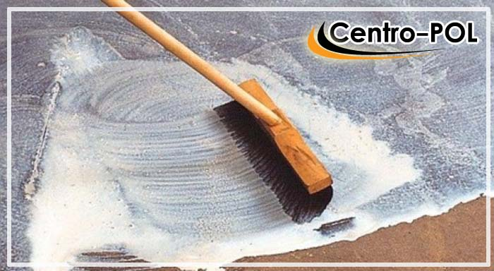Очистка пола от солевых отложений и грязи