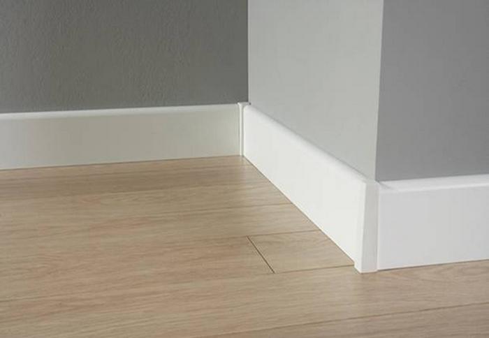 как установить деревянный плинтус на пол