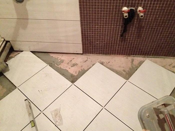 укладка плитки на пол в туалете своими руками видео
