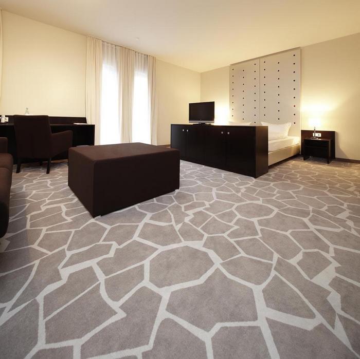 чем покрыть пол в гостиной