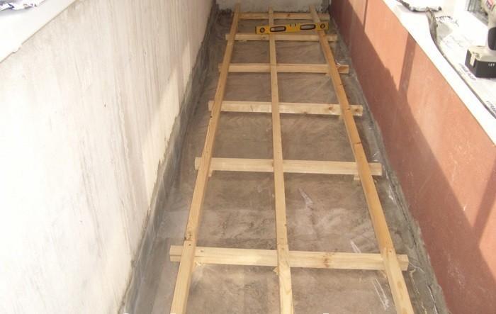 как выровнять пол на балконе без стяжки