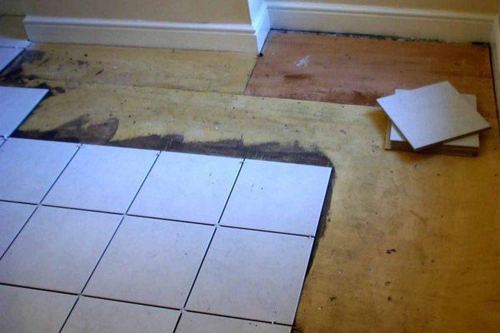 как класть плитку на пол в туалете видео