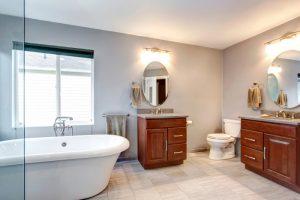 уровень пола в ванной и коридоре